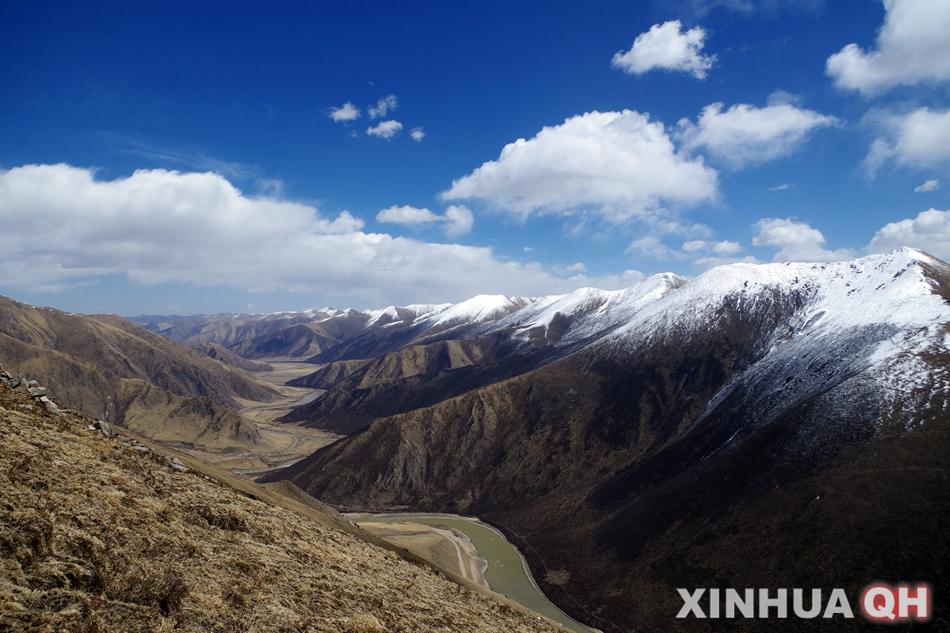 """摄)    班玛仁脱山即藏语""""莲花山"""",位于青海省果洛藏族自治州甘德县岗"""