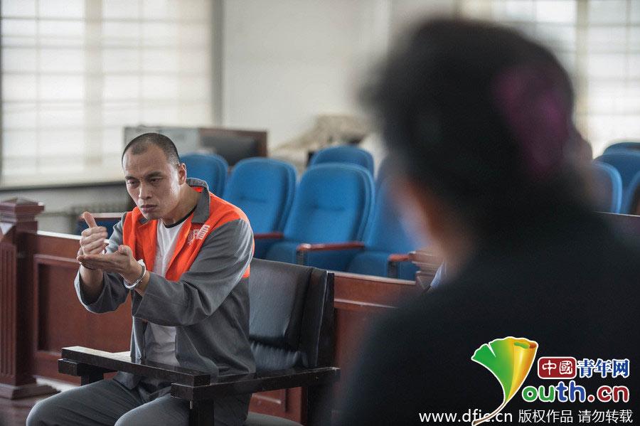 哑人乞讨的案件.图为张志国在法庭上用手语回答提问.图片署名: