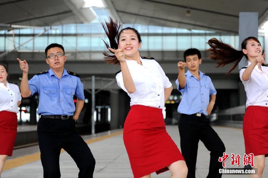 迎接学生客流返程高峰 西安北站上演小苹果