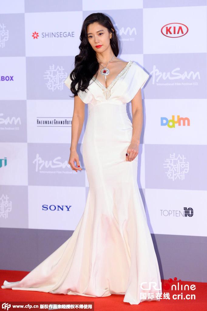 众女星亮相釜山电影节 clara低胸裙抢镜图片