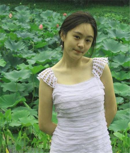 """据悉,岑黎阑是浙江余姚人,在中学就是""""校花"""",引人注目,她是传媒大学"""