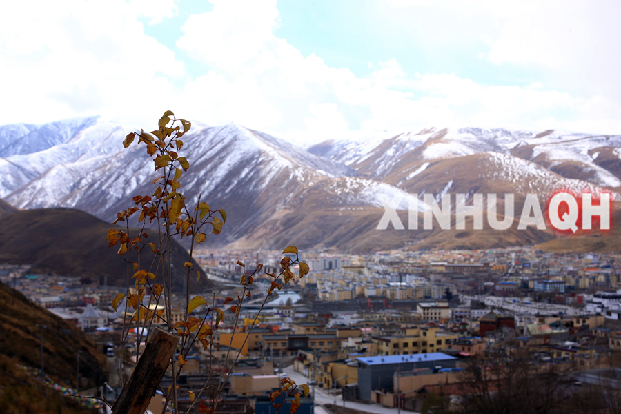 这是从青海省玉树藏族自治州结古镇结古寺上拍摄的玉树新城(10月23日