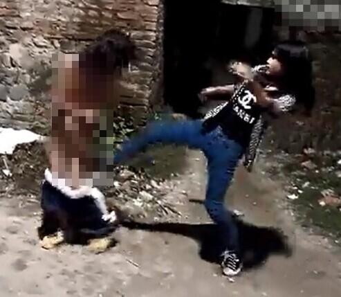 女虐女视频_初中女生遭暴力女虐打 ,画面让人不忍直视!(组图)