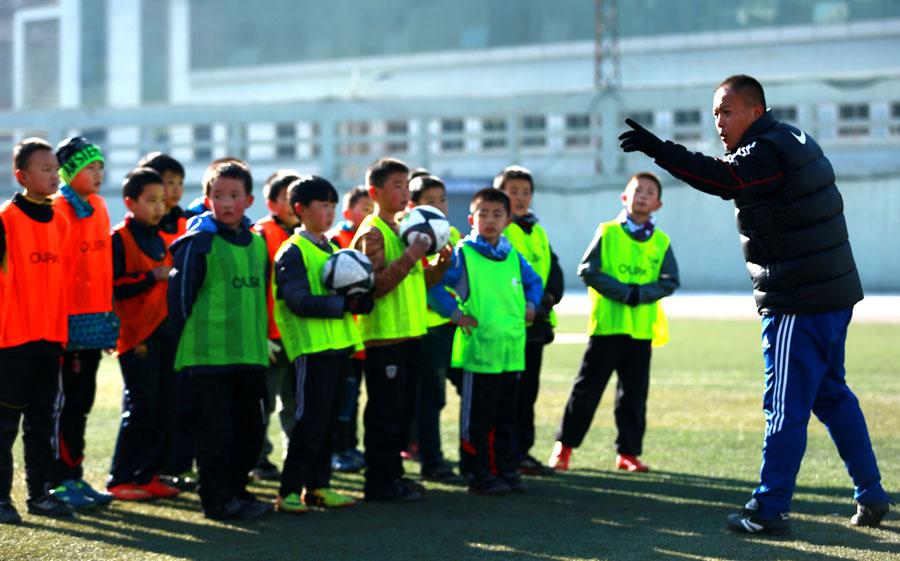 西宁足球小将们备战2015年全国青少年足球冬
