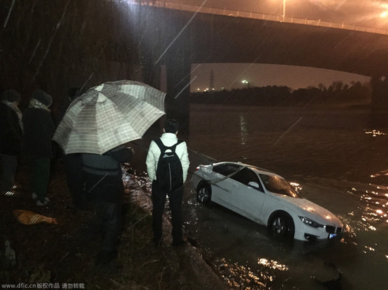 组图:南京女司机驾宝马车停车打滑冲入河中