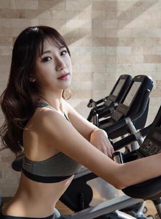 性感女体育老师_性感体育老师全靠PS真人短腿平胸遭网友差评