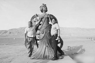 大卫雕像遭女游客咸猪手抓生殖器 盘点奇葩行