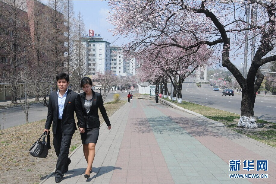 朝鲜现情侣街头接吻 网友:朝鲜并非你想象的那