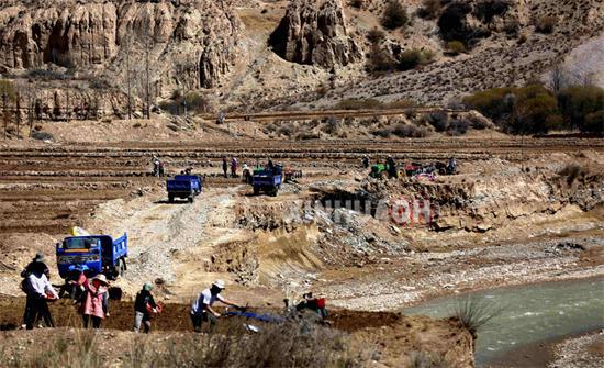 4月13日,青海省海南藏族自治州同德县阿格村村民正在地里劳动.