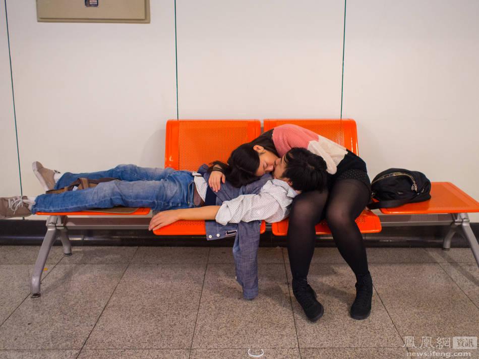 摄影师历时三年 拍摄地铁上的激情男女