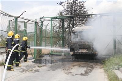 野生动物园猛兽区游览车起火