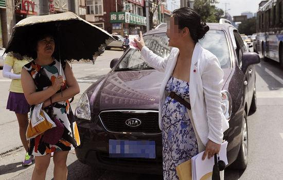 孕妇过马路被汽车鸣笛声吓到 怒砸车窗要求司机道歉高清图片