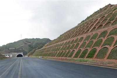 青海省首条六车道高速左幅贯通