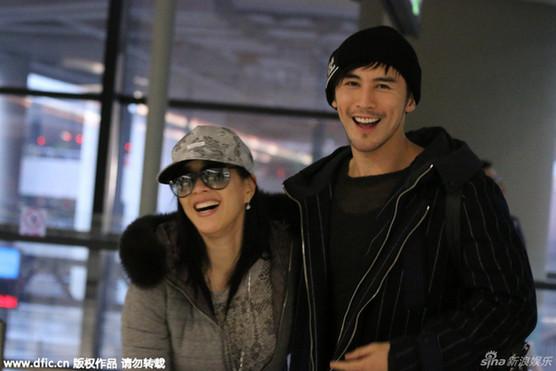 钟丽缇与小男友现身机场