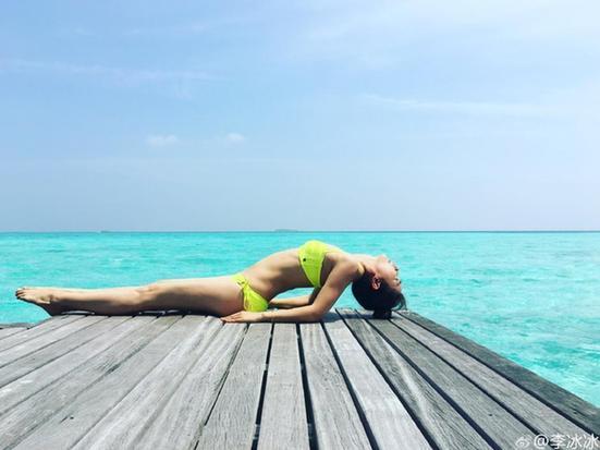 海边瑜伽视频_亚洲最美瑜伽导师母其弥雅海边写真曝光3