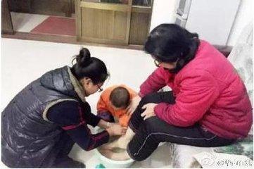 求官员及学生为父母洗脚并拍照