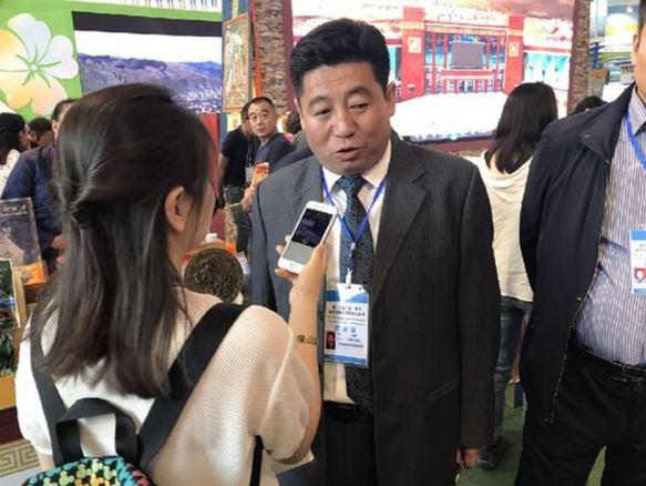 果洛州甘德县县长索南多接受新华网记者采访