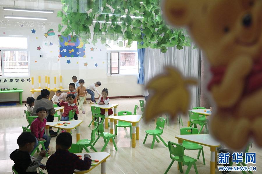 青海省西宁市城中区保育院小班的孩子们正在玩耍。 9月4日,在青海省西宁市城中区保育院内,80多名新入园的孩子们开始了集体学习生活的第一堂课。 面对陌生的环境,不少孩子们都表现出了焦虑和不安的情绪,但在老师的细心引导下,小朋友们开始渐渐适应了新的学习生活,露出了开心的笑容。西宁市城中区保育院院长李金莲说:上幼儿园是孩子成长的必经之路,上学第一天孩子们哭闹是很正常的,家长们可以多从正面角度引导孩子,让他们喜欢上幼儿园的生活。(新华网发 卡娅梅朵摄)