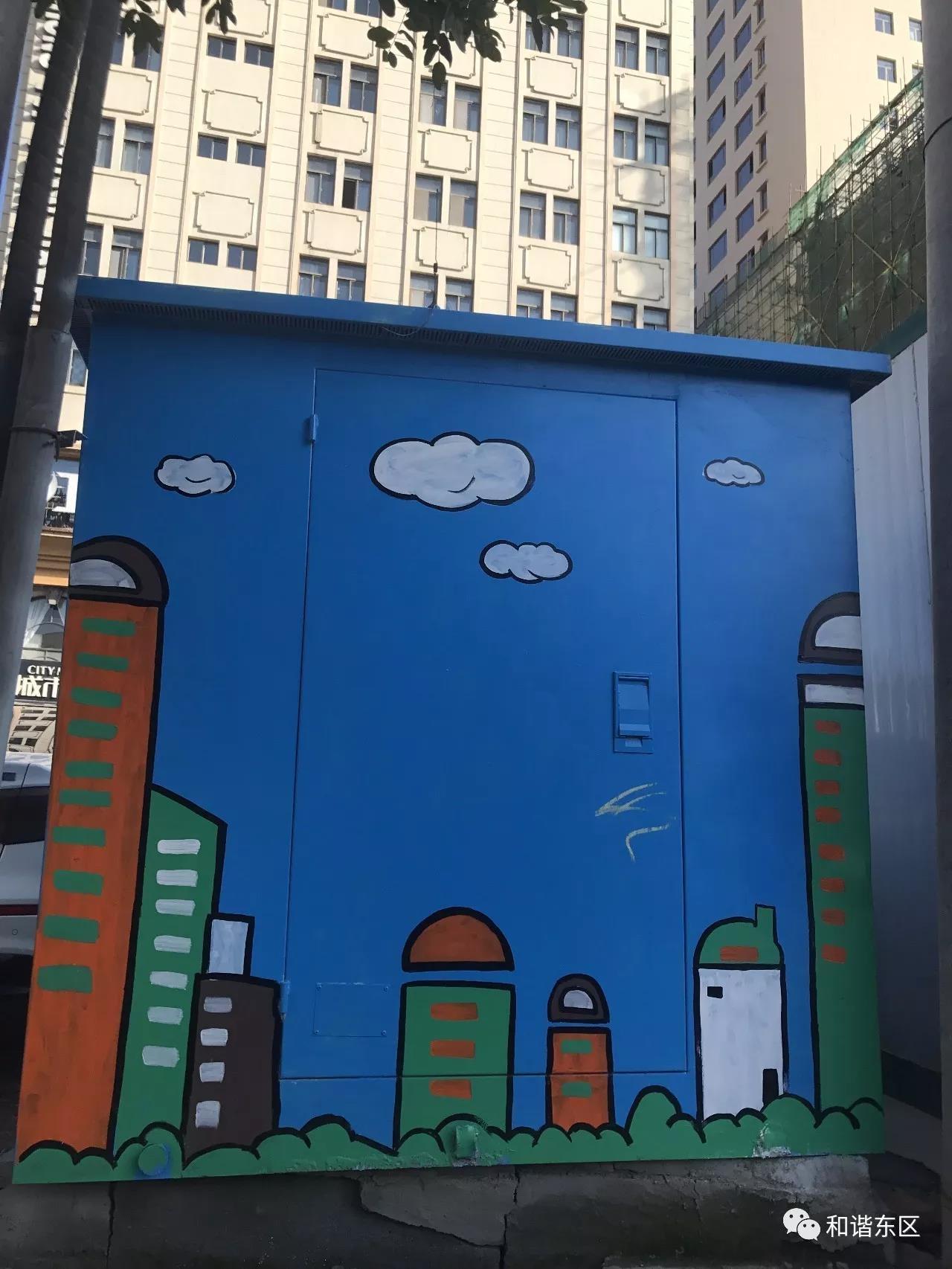 城东区建国路、果洛路、东关大街等,主次干道上70余个,500多个平方配电箱通过彩绘创作,为创建全国文明城市增添色彩。以社会主义核心价值观、民族团结、文明礼仪、环保等为内容的彩绘宣传画,让配电箱披上了绚丽的外衣,成为东区街头的靓丽风景。 如今东区原来一色一体的变电箱,通过一幅幅色彩斑斓、别致精美的创意主题彩绘变得格外吸引眼球,创新举措不仅让这些原本毫无生机的箱子一下子生机活泼了起来,也让市民觉得这座城市焕发了生机。 近年来,城东区以创建全国文明城市为契机,大力培育和践行社会主义核心价值观,不断拓宽公益广告宣