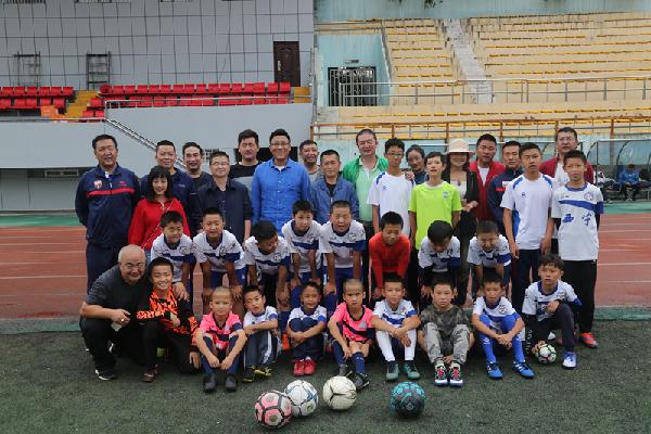 we青训队暴力的雪人_前国家足球队队长张恩华来青与西宁市体育局探讨青训