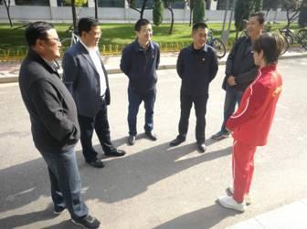 西宁市体育局慰问优秀运动员谭金莲