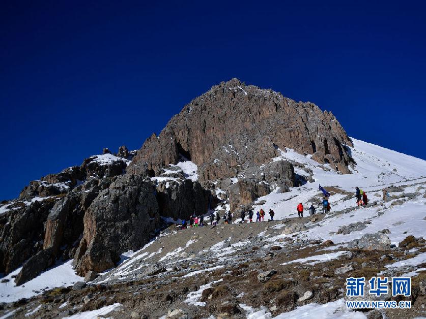 青海崗什卡:五百余人登雪峰擁抱2020