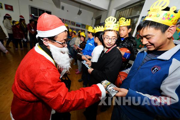 12月22日,西宁聋哑学校,由义工扮演的圣诞老人为聋哑孩子发礼物.图片