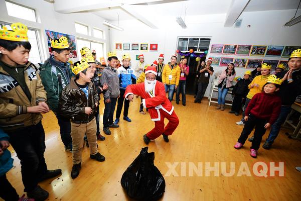 12月22日,西宁聋哑学校,由义工扮演的圣诞老人为聋哑孩子表演舞蹈图片