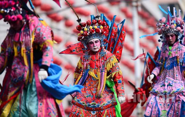 当日,青海省西宁市湟中县举行社火巡演,精彩纷呈的节目吸引众多市民