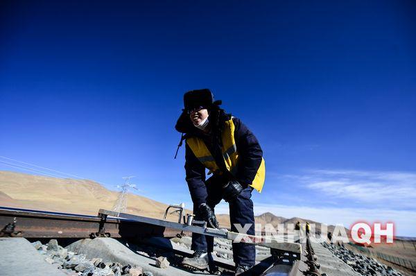 3月17日,在雁石坪站附近,两名线路工在轨道旁整理基石。  青藏铁路唐古拉线路维护车间现有22名职工,他们担负着青藏铁路格拉段雁石坪至唐古拉北段125公里冻土线路的养护维修任务。他们负责的工区地处唐古拉山脉北段,是青藏铁路全线海拔最高、维护难度最大的线路。这里平均海拔5000米,年平均气温为零下5摄氏度,最低气温为零下40摄氏度,被称为世界第三级的生命禁区。    也正是这些青藏线上道钉不畏恶劣天气的辛勤坚守,确保了被称为世界奇迹,现代奇观的青藏铁路的安全运