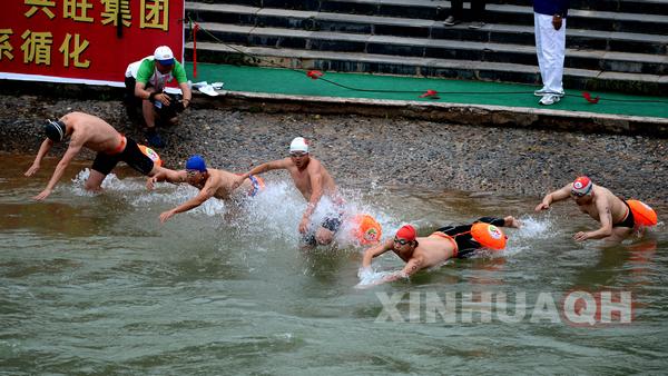 6月16日,董琳在抢渡赛决赛中,他以2分21秒87的成绩夺得男子A组冠军。 当日,以爱我黄河,挑战极限为主题的第九届国际抢渡黄河极限挑战赛在青海省循化撒拉族自治县进行了决赛争夺。新华社记者王博摄  6月16日,尹默林(左上)和其他选手在比赛中,最终尹默林以2分18秒65的成绩夺得男子B组冠军。  6月16日,男子B组运动员从起点出发。  6月16日,邵依鸣在抢渡赛决赛中,最终他以2分28秒93的成绩获得男子A组亚军。