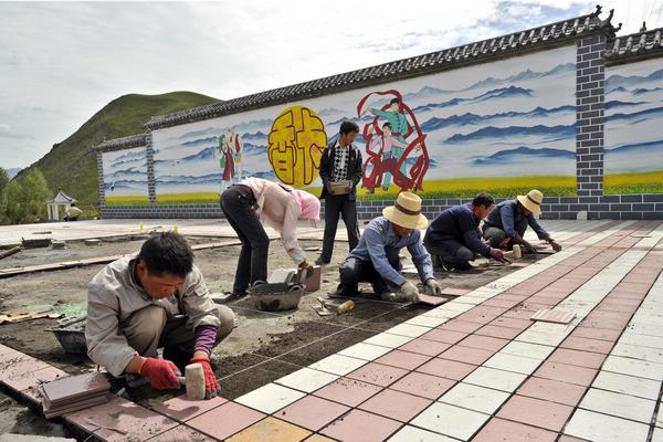 门源县人口-工人员正在修建门源回族自治县东川镇香卡村的园林式休闲文化广场