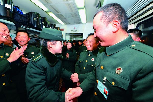 青藏线退伍老兵挥泪离开格尔木返乡