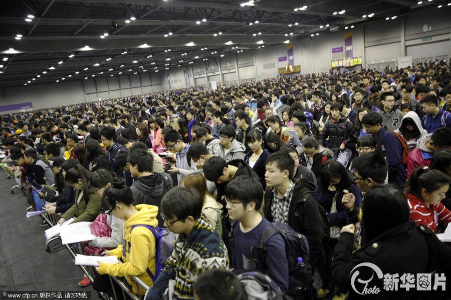 近万大陆考生赴香港参加 美国高考