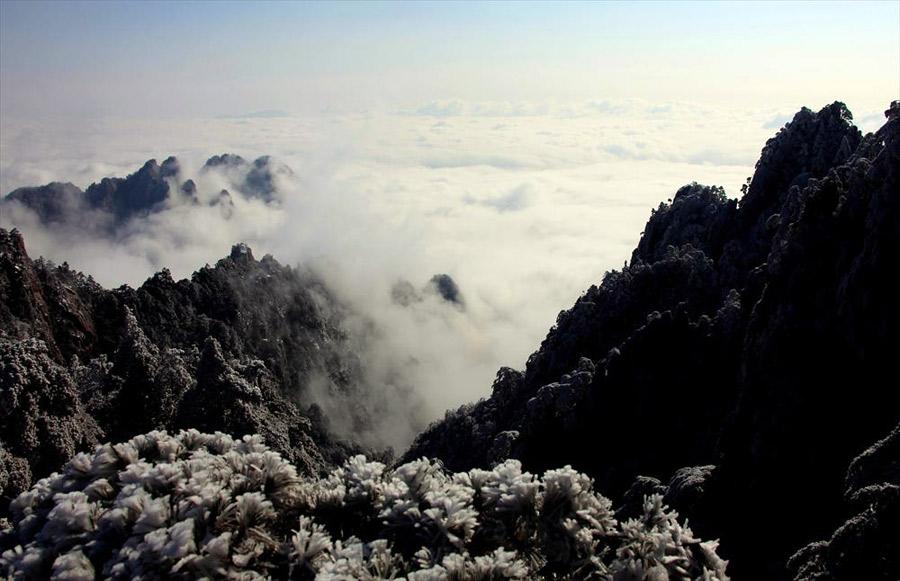 安徽黄山风景区雪后出现云海景观