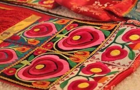 贵南藏绣,把送体验金官网美绣在布上带向世界