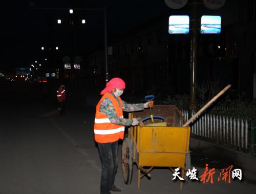 53岁的清洁工岗措就是这个队伍最平凡的一员.