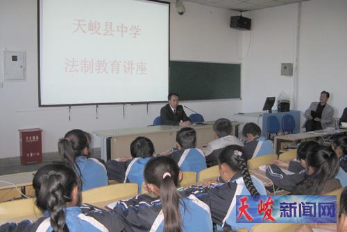 日,县检察院担任县中学法制辅导员的干警,赴该校为初中部四个班图片