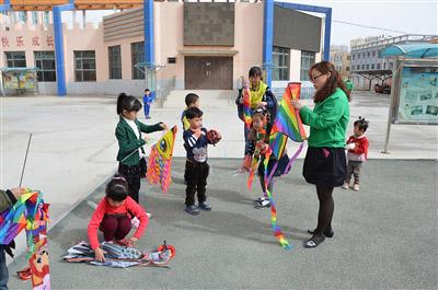 幼儿园放风筝 提高孩子动手动脑能力