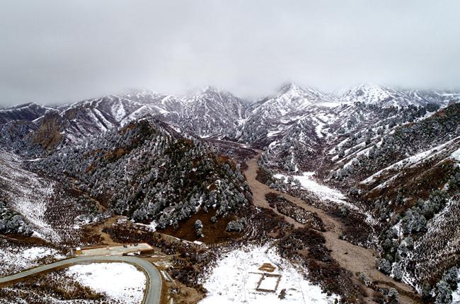 航拍天境祁连:雪景迷人尽显壮美
