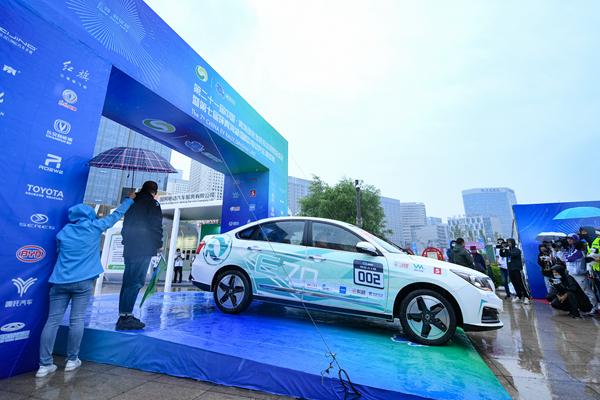 第七屆環青海湖(國際)電動汽車挑戰賽雨中發車