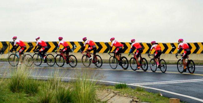 青海天佑德洲際自行車隊今年首次在省內集中拉練