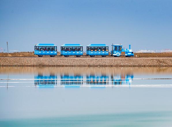 青海茶卡鹽湖:水天一色入畫來